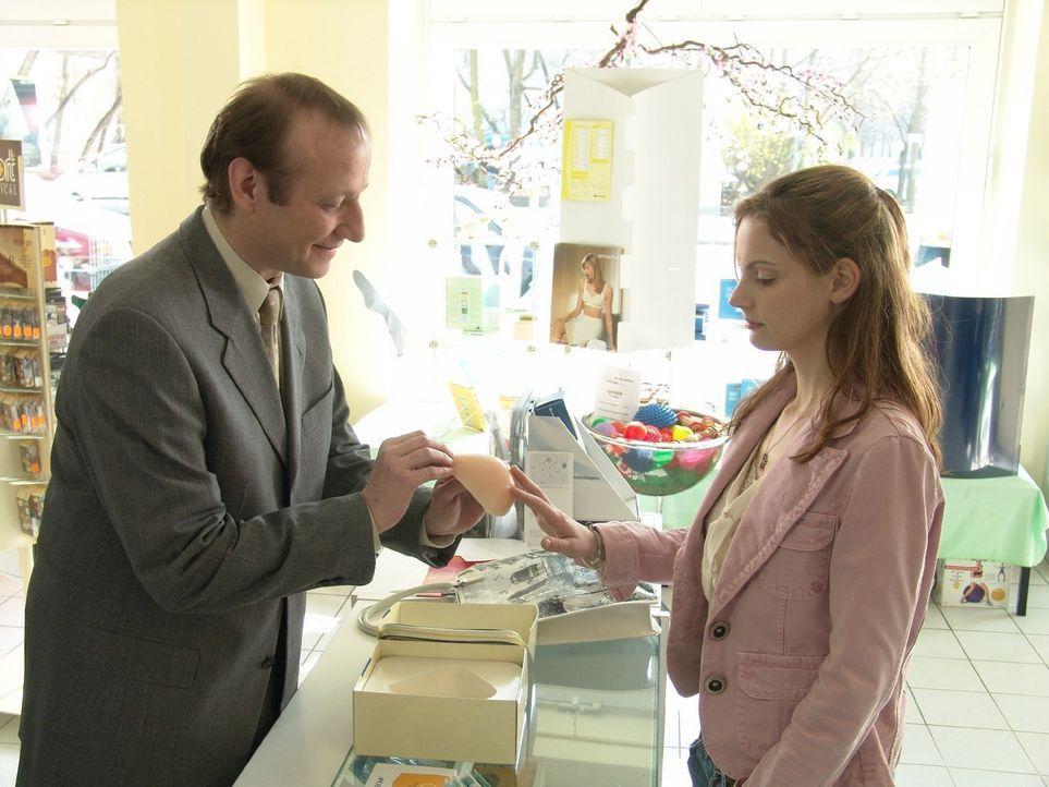 Andrea (Marie Zielcke, r.) lässt sich vom Verkäufer (Rainer Reiners, l.) eine äußere Brustprothese zeigen und entschließt sich, diese auch anzunehme... - Bildquelle: Sat.1