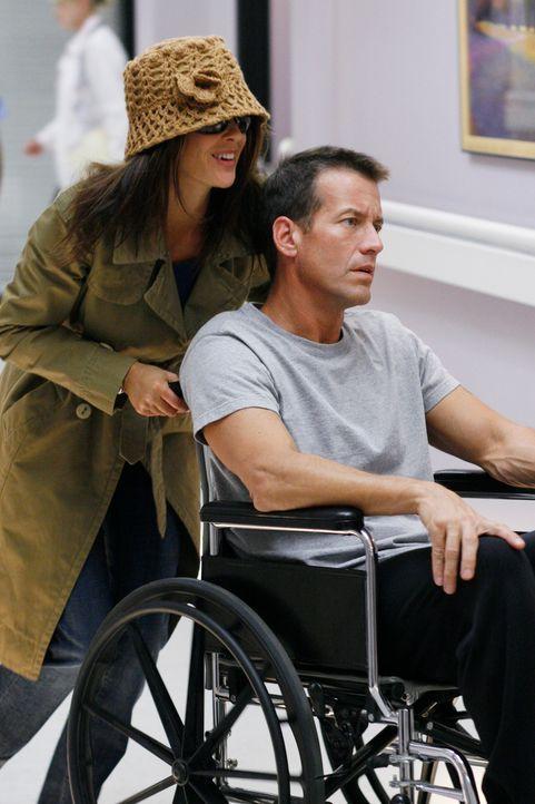 Susan (Teri Hatcher, l.) versucht vergeblich, Mikes (James Denton, r.) Erinnerung an sie wachzurufen. Als sie mitbekommt, dass Edie seit seinem Erwa... - Bildquelle: 2005 Touchstone Television  All Rights Reserved