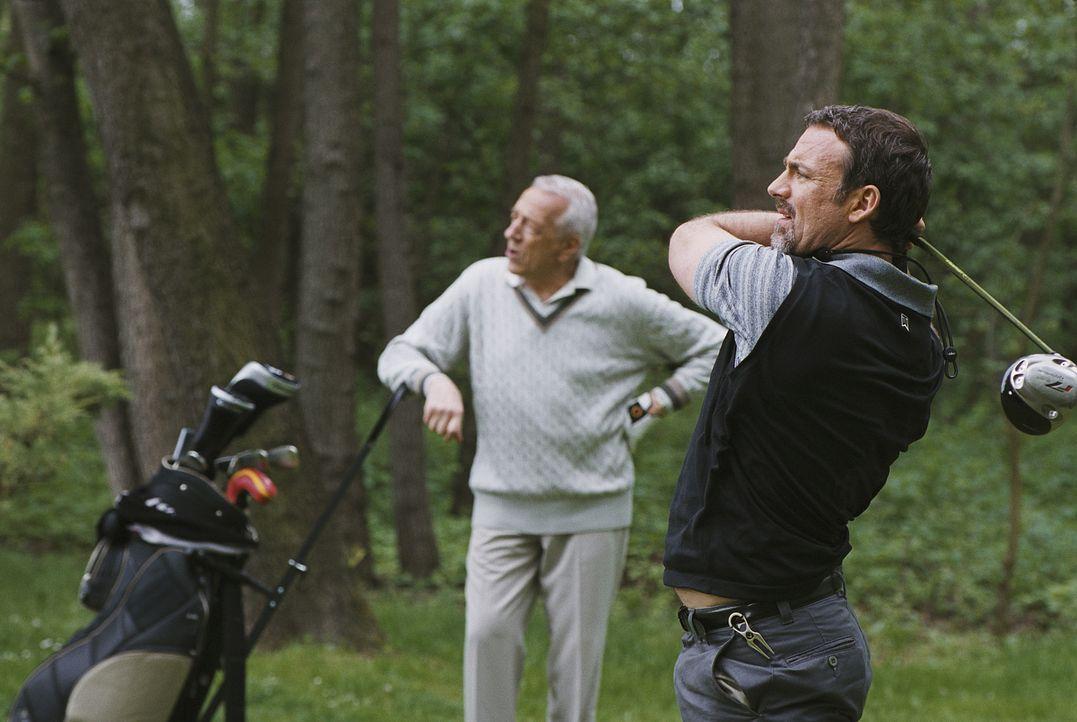 Beim Golfen bekommt Charles (Eric Savin, r.) selbst von Aufsichtsratsmitglied und Stiefvater Édouard (Jean-Pierre Cassel, l.) die Grenzen aufgezeig... - Bildquelle: 2006 Les Films Manuel Munz - Entre Chien et Loup - Okko Production - M6 Films - Araneo Belgium