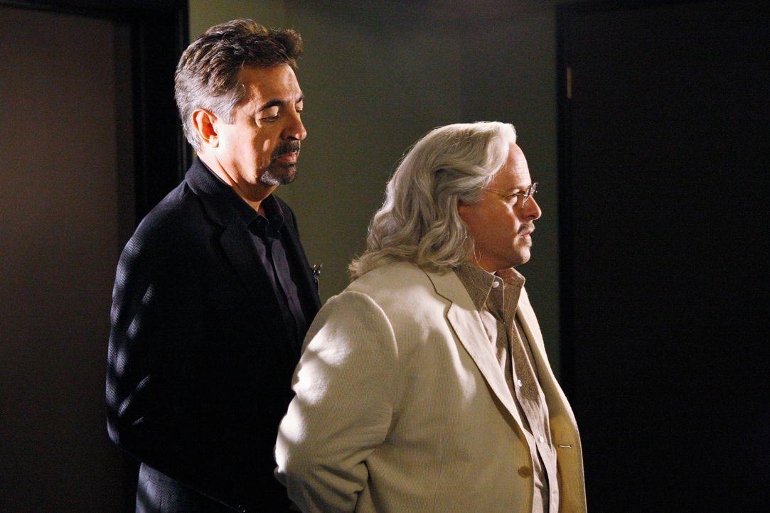 Durch die gute Zusammenarbeit, konnten Reid und Rossi (Joe Mantegna, l.) den hinterhältigen Professor Rothschild (Jason Alexander, r.) überführen ..... - Bildquelle: Touchstone Television