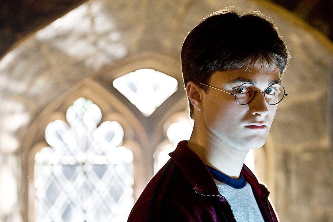 Für Harry Potter (Daniel Radcliffe) beginnt das sechste Schuljahr in Hogwarts. Dort verbreitet sich das Gerücht über eine Prophezeiung, die ihn a... - Bildquelle: Warner Brothers