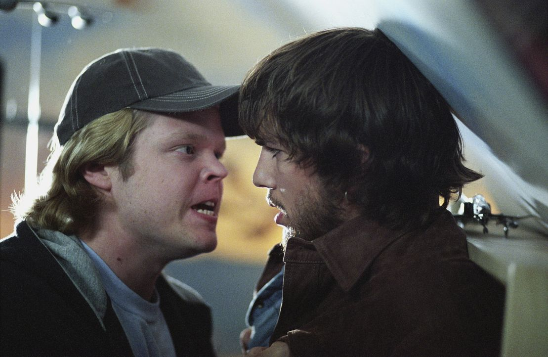 Mit jeder Entscheidung in der Vergangenheit verändert sich auch die Zukunft in unvorhergesehener Weise. Dies müssen Evan (Ashton Kutcher, r.) und Le... - Bildquelle: Warner Brothers
