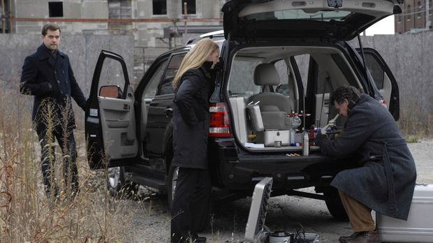 Olivia (Anna Torv, M.) konnte nach ihrer Entführung einige Phiolen mit einer...