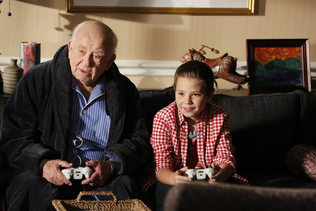 Während der Ermittlungen in einem neuen Fall muss sich Hotch auch mit familiären Dingen auseinandersetzen: Roy (Edward Asner, l.) und Jack (Cade Owe... - Bildquelle: ABC Studios