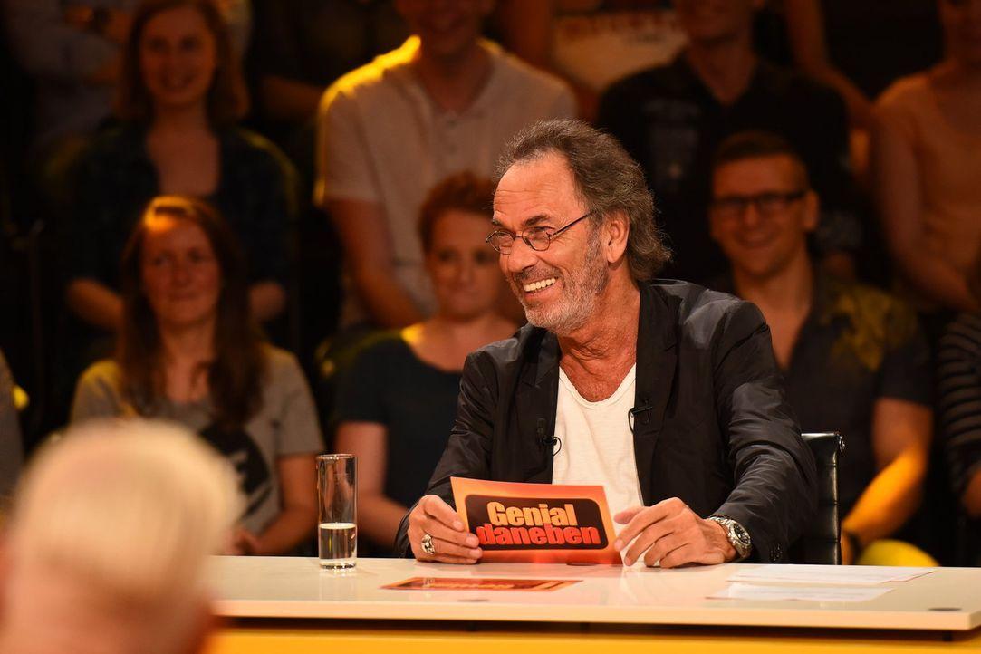 Niemand stellt Fragen so schön gemein wie Gastgeber Hugo Egon Balder ... - Bildquelle: Willi Weber SAT.1