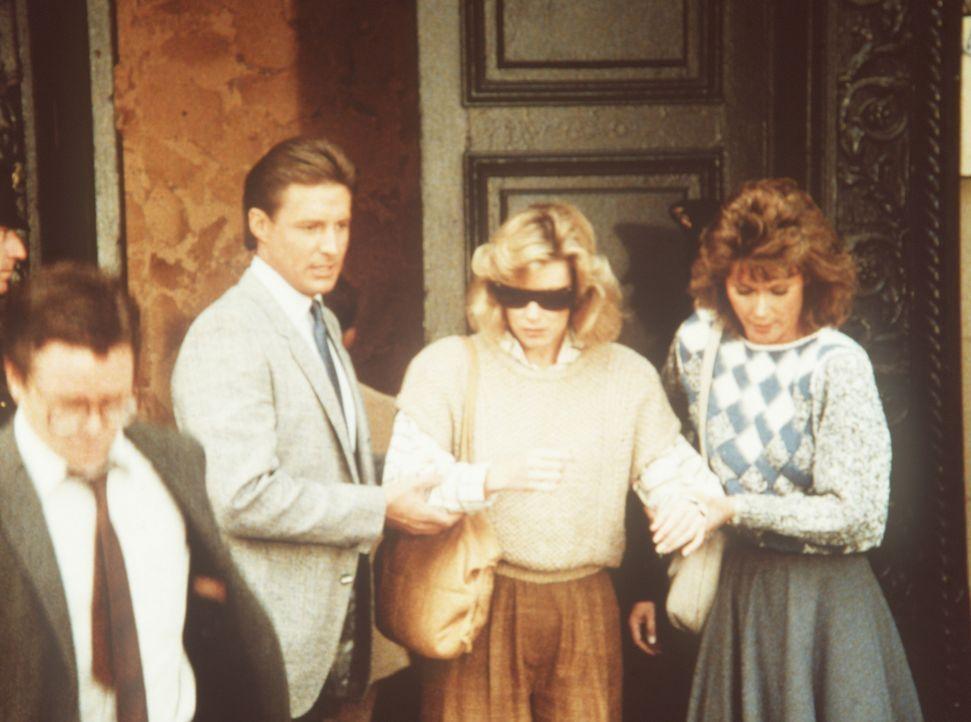 Die Journalistin Coleen Donnely (Nancy Stafford, M.) lebt gefährlich, denn sie weiß von einem schweren Korruptionsfall in Santarilla. Amanda (Kate J...