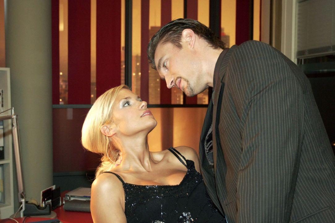 """Richard (Karim Köster, r.) drängt Sabrina (Nina-Friederike Gnädig, l.), alles über die """"B.STYLE""""-Präsentation herauszufinden. - Bildquelle: Noreen Flynn Sat.1"""