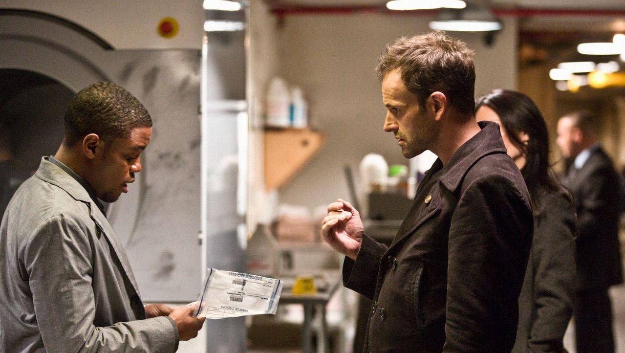 Ermitteln im Mordfall des Geschäftsführers eines Nobelhotels: Sherlock Holmes (Jonny Lee Miller, r.) und Marcus (Jon Michael Hill, l.) ... - Bildquelle: Tom Concordia CBS Television