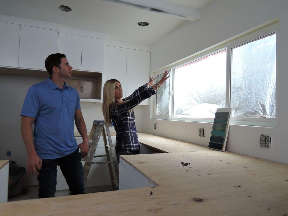 Für die offene Küche haben Tarek (l.) und Christina (r.) konkrete Pläne. Ob sich die Pläne eines Strand-Looks in Türkis so umsetzen lassen, wie sie... - Bildquelle: 2016,HGTV/Scripps Networks, LLC. All Rights Reserved
