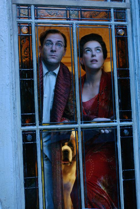 Können sich nicht erklären, wo ihre vermeidlich schlafenden Kinder geblieben sind: Mr. (Jason Isaacs, l.) und Mrs. Darling (Olivia Williams, r.) ... - Bildquelle: 2004 Sony Pictures Television International. All Rights Reserved.
