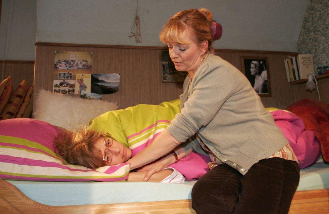 Lisa (Alexandra Neldel, l.) liegt mit psychosomatischem Fieber im Bett. Helga (Ulrike Mai, r.) hält das Gerede ihrer Tochter über Davids Liebesges... - Bildquelle: Noreen Flynn Sat.1
