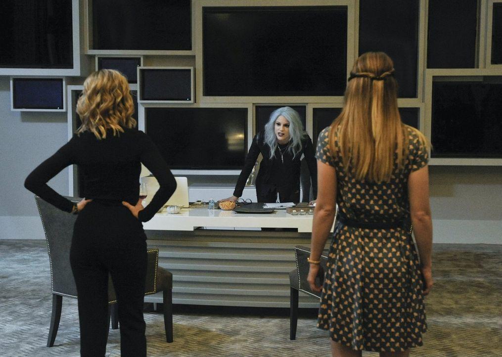 Nun nennt sie sich Livewire, doch bevor sie eine elektrisierende Super-Schurkin wurde, war sie Leslie Willis (Brit Morgan, M.), Reporterin für Karas... - Bildquelle: 2015 Warner Bros. Entertainment, Inc.