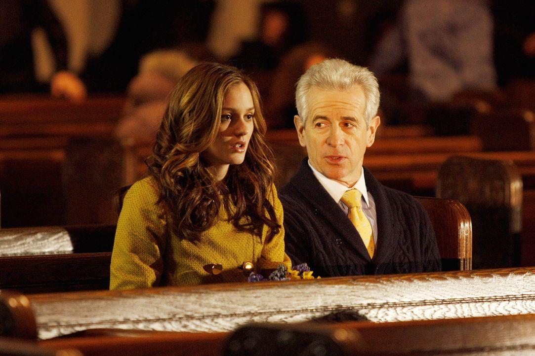 Während Blair (Leighton Meester, l.) einen Deal mit Nates Großvater William (James Naughton, r.) abschließt, glaubt Serena, dass sie Gabriel im Raus... - Bildquelle: Warner Bros. Television
