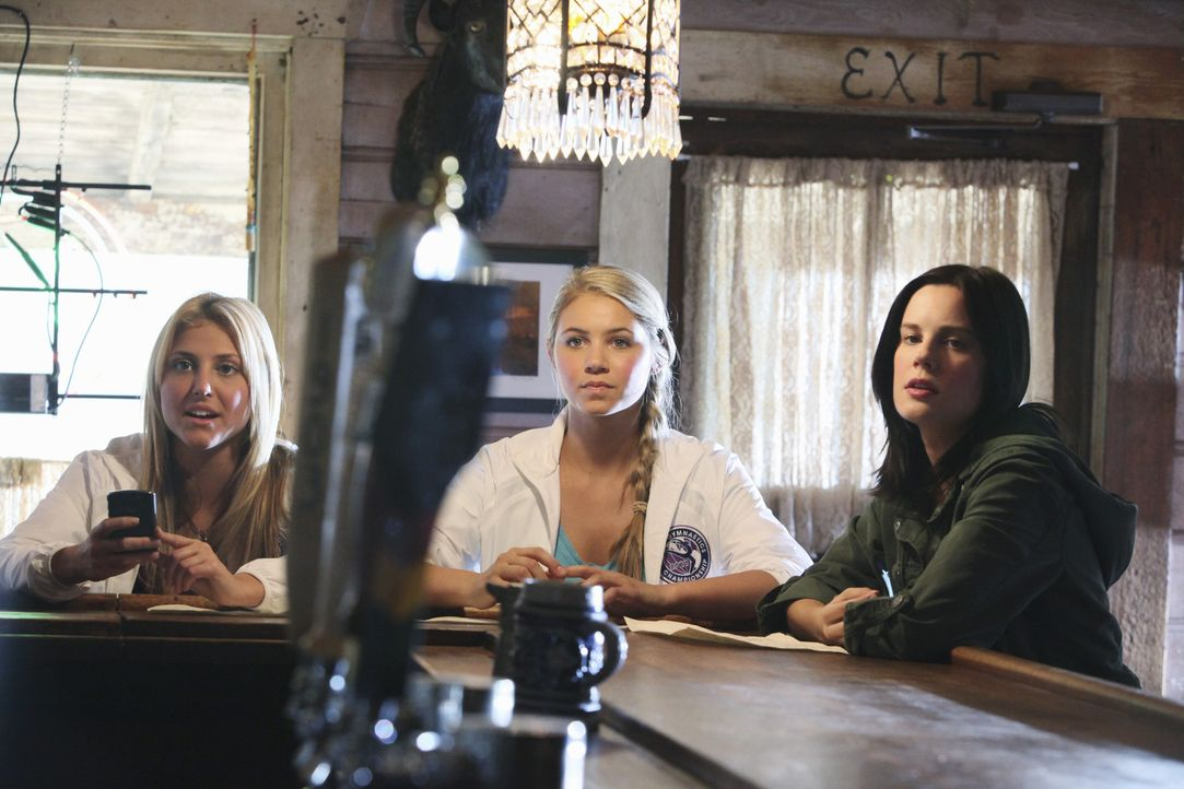 In Ungarn steht ein Wettbewerb an und Lauren (Cassie Scerbo, l.), Payson (Ayla Kell, M.) und Emily (Chelsea Hobbs, r.) nutzen die Gelegenheit, Sasha... - Bildquelle: 2010 Disney Enterprises, Inc. All rights reserved.