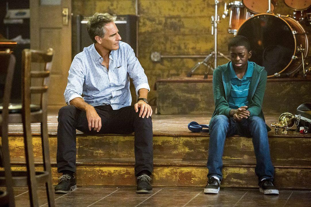 Pride (Scott Bakula, l.) nimmt den kleinen Dustin (Zailand Adams, r.) in seine Obhut, als dessen Tante in ihrem eigenen Haus ermordet wird. Der klei... - Bildquelle: Skip Bolen 2016 CBS Broadcasting, Inc. All Rights Reserved