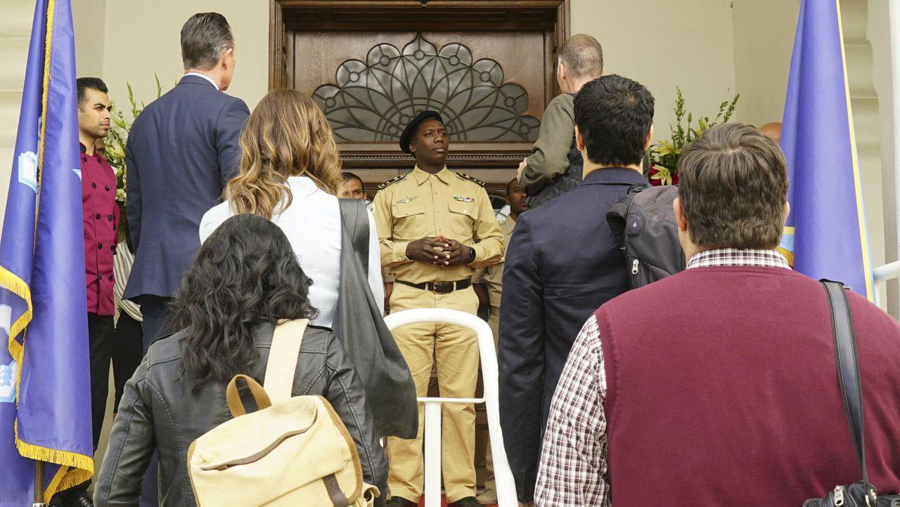 Hat der afrikanische Diktator Präsident Desta Rahal (Hakeem Kae-Kazim, M.) tatsächlich eine Massenvernichtungswaffe, dessen Einsatz er in Betracht z... - Bildquelle: Monty Brinton 2015 CBS Broadcasting, Inc. All Rights Reserved.