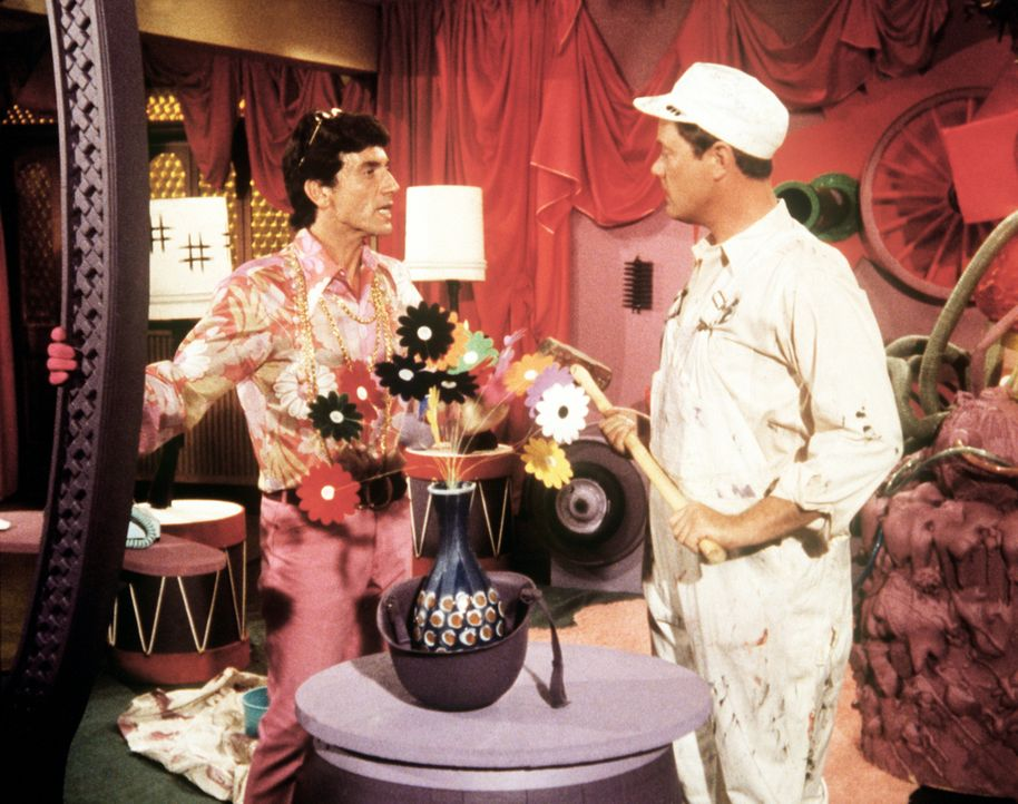 Tony (Larry Hagman, r.) trifft als Abbrucharbeiter verkleidet auf den exzentrischen Künstler Helasco (Michael Lipton, l.), der im Auftrag der NASA s... - Bildquelle: Columbia Pictures