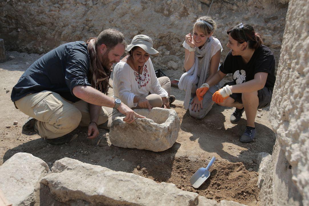 Archäologe Josh Gates (l.) begibt sich nach Jerusalem, um dort die verschwundenen Holzfragmente des Kreuzes Christi zu suchen. Doch dann entdeckt Jo... - Bildquelle: 2015,The Travel Channel, L.L.C. All Rights Reserved