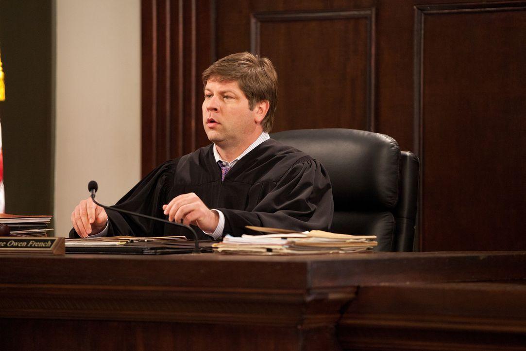 Greift zu ungewöhnlichen Mitteln: Richter Owen French (Lex Medlin) - Bildquelle: 2011 Sony Pictures Television Inc. All Rights Reserved.v