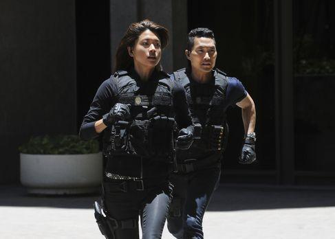 Hawaii Five-0 - Sind dem Täter dicht auf den Fersen: Kono (Grace Park, l.) un...