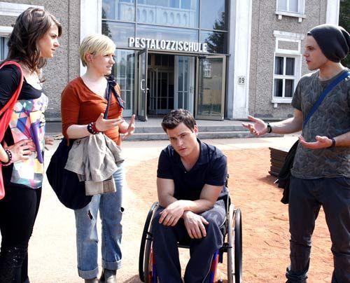 Es ist Timo unangenehm, dass seine Freunde wegen ihm auf die Barrikaden gehen wollen. - Bildquelle: Noreen Flynn - Sat1