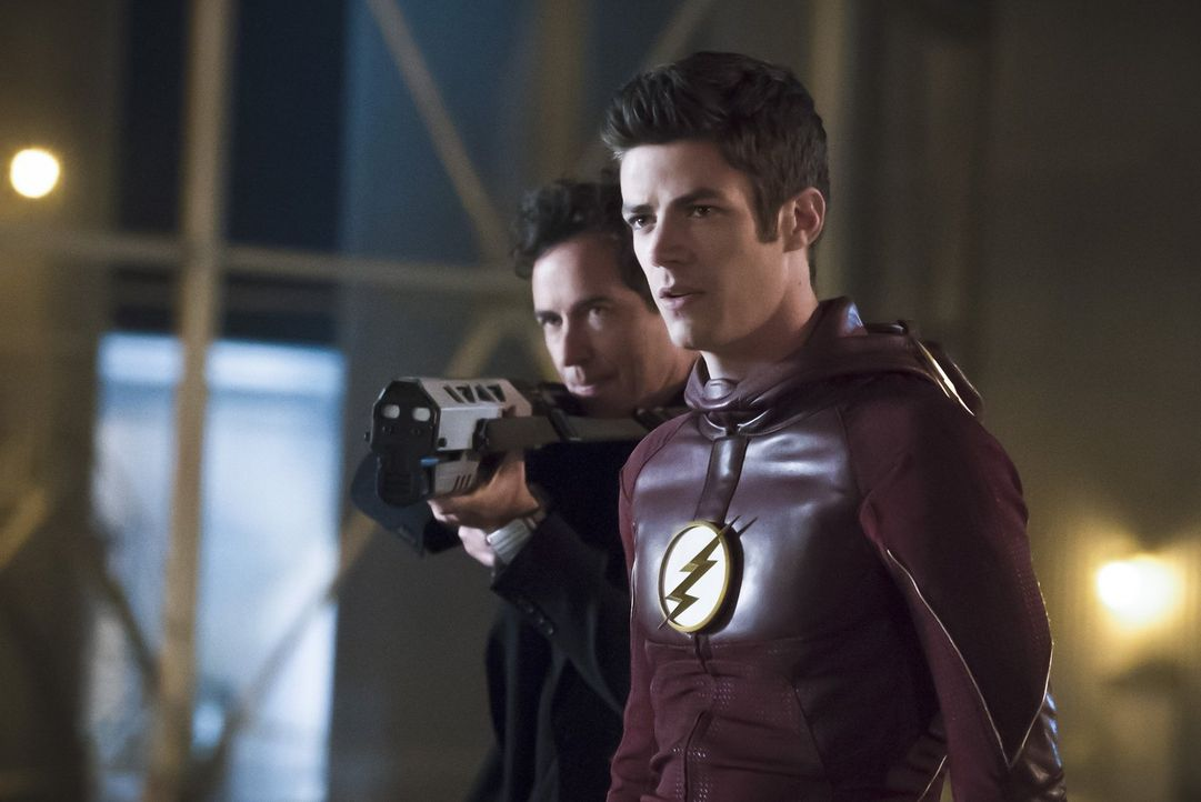 Nachdem Dr. Wells (Tom Cavanagh, l.) den wahren Grund für Zooms Herausforderung gefunden hat, will Barry alias The Flash (Grant Gustin, r.) gegen se... - Bildquelle: Warner Bros. Entertainment, Inc.
