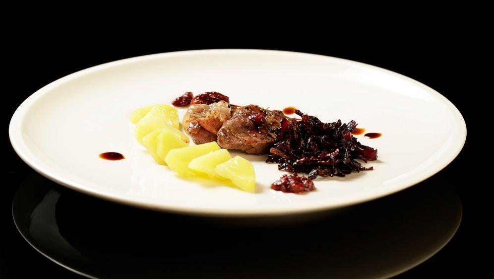 Rehrücken mit Rotkohl und Salzkartoffeln - Bildquelle: SAT.1