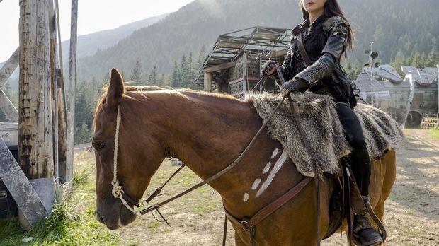Octavia (Marie Avgeropoulos) steht zwischen den Welten der Grounder und der e...