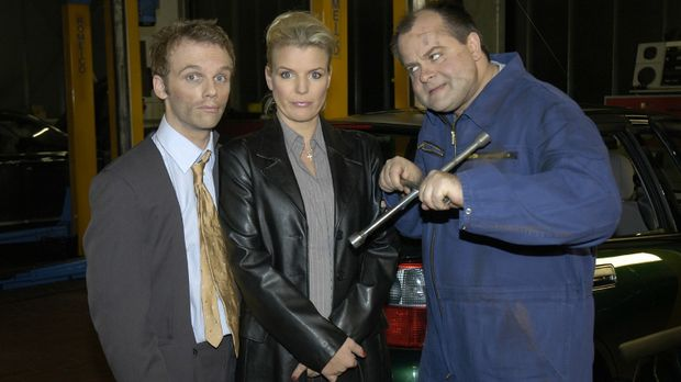 Ralf (l.) und Mirja (M.) erleben Abenteuerliches mit dem KFZ-Mechaniker Marku...