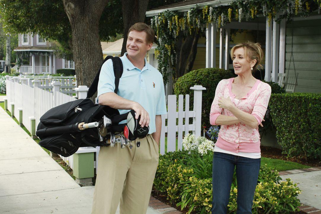 Tom (Doug Savant, l.) erhält ein phantastisches Stellenangebot von einer anderen Firma, will aber Carlos nicht im Stich lassen. Daraufhin versucht L... - Bildquelle: ABC Studios