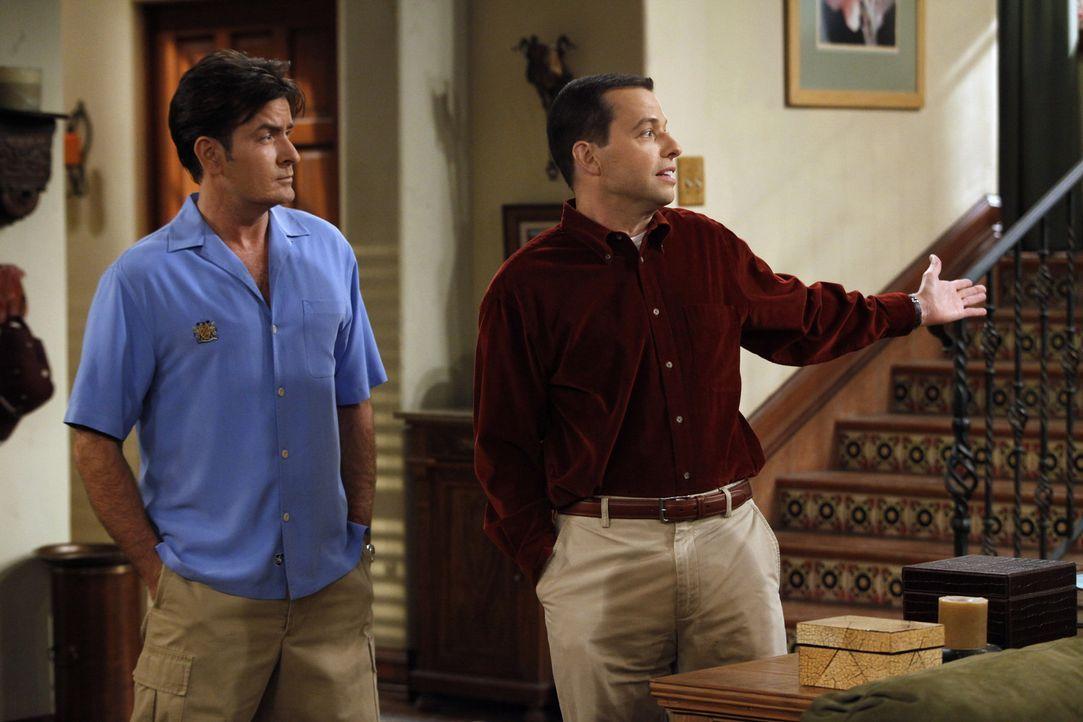 Während Alan (Jon Cryer, r.) seine Freundin heimlich einziehen lässt, hat Charlie (Charlie Sheen, l.) ganz andere Probleme ... - Bildquelle: Warner Bros. Television