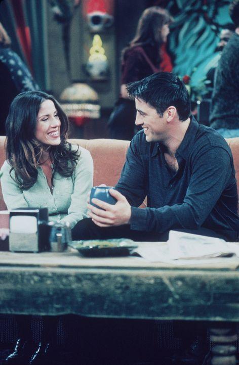 Immer wenn Katie (Soleil Moon Frye, l.) etwas an Joeys (Matt LeBlanc, r.) Geschichten lustig findet, versetzt sie ihm einen schmerzhaften Klaps. Sch... - Bildquelle: TM+  2000 WARNER BROS.