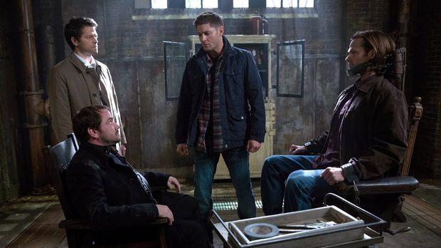 Um Sam (Jared Padalecki, r.) zu retten, müssen Castiel (Misha Collins, l.) un...