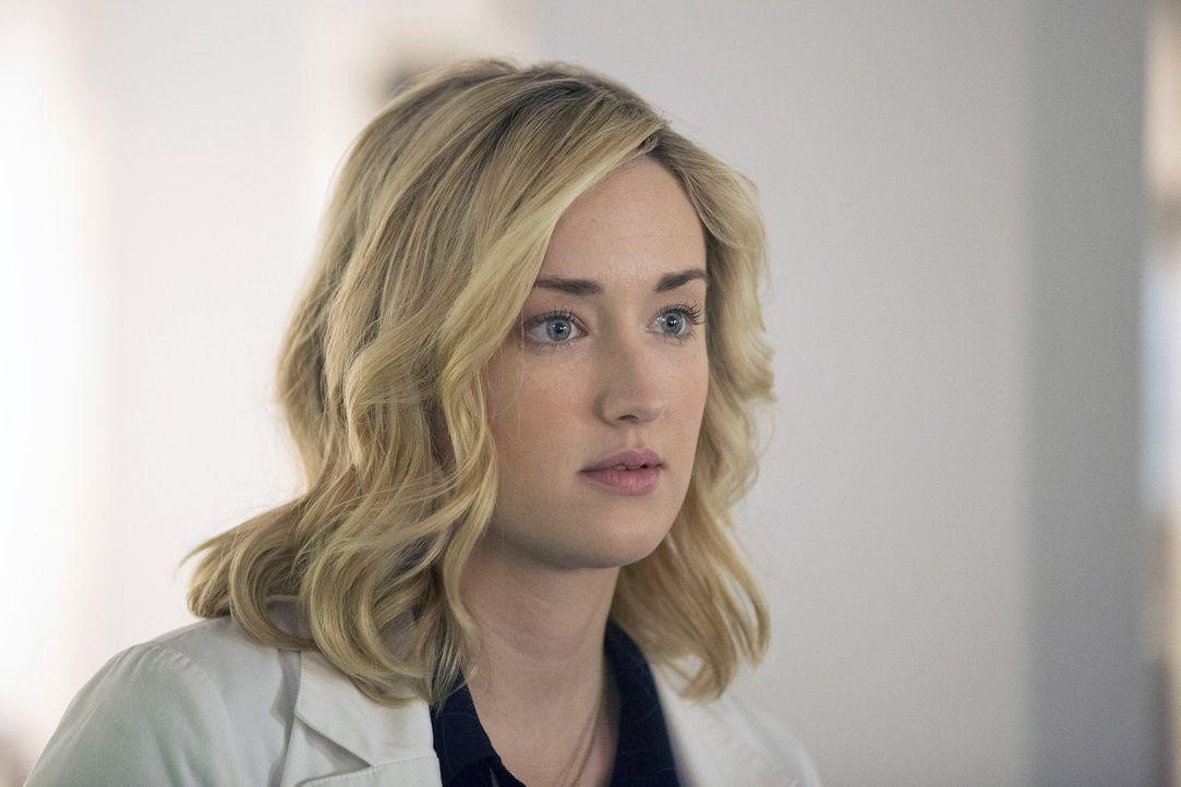 Obwohl Patterson (Ashley Johnson) endlich mal eine Pause einlegen sollte, kann und will sie nicht von ihrem Arebitsplatz weichen. Denn täglich entsc... - Bildquelle: Warner Brothers