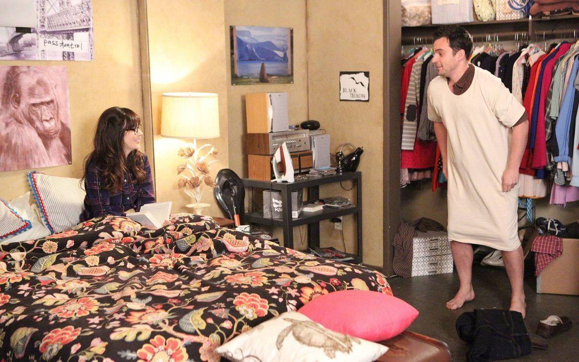 Jess (Zooey Deschanel, l.) zieht zu Nick (Jake Johnson, r.) ins Zimmer, doch schon die erste Nacht bringt geheime Angewohnheiten ans Licht und erwei... - Bildquelle: 2013 Twentieth Century Fox Film Corporation. All rights reserved.