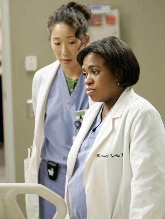 Kümmern sich um eine Mörderin: Cristina (Sandra Oh, l.) und Dr. Bailey (Chandra Wilson, r.) ... - Bildquelle: Touchstone Television
