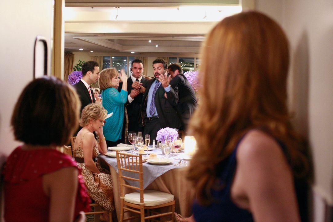 Gabrielle (Eva Longoria, l.) und Bree (Marcia Cross, r.) sind entsetzt, als sie sehen, dass Carlos (Ricardo Antonio Chavira, 3.v.r.) von der Gastgeb... - Bildquelle: ABC Studios