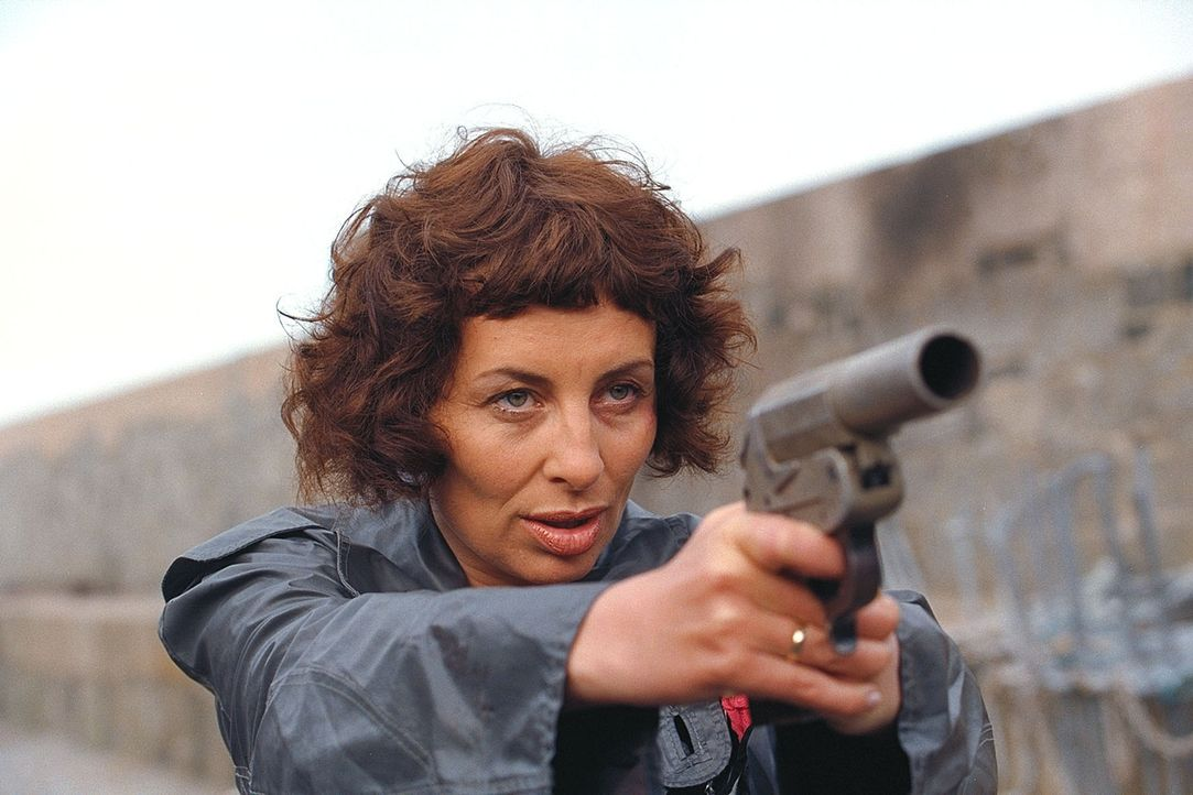 Weil Marlies (Teresa Harder) und ihr Bruder Claire die ganze Wahrheit gestehen, will Günther Jakob töten lassen. Da greift sie zur Waffe ... - Bildquelle: ProSieben / Wilkins und Klick