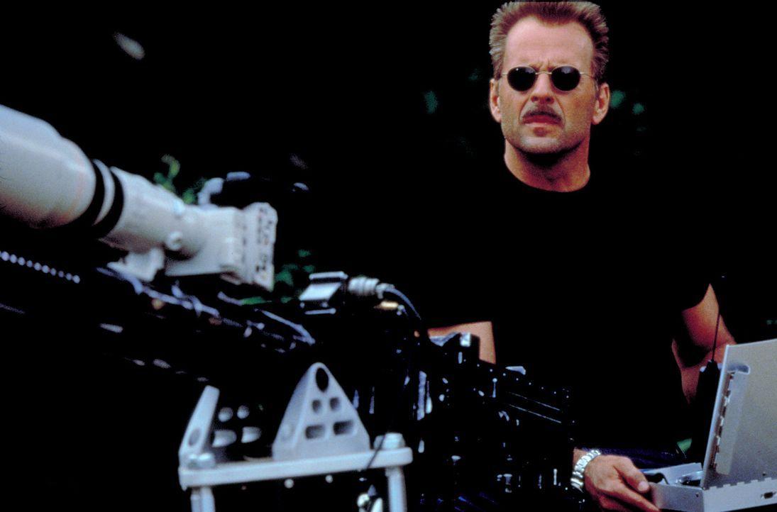 In Kanada besorgt sich der Schakal (Bruce Willis) eine ferngesteuerte, großkalibrige Waffe, mit der er seine Zielperson aus sicherer Entfernung tö...