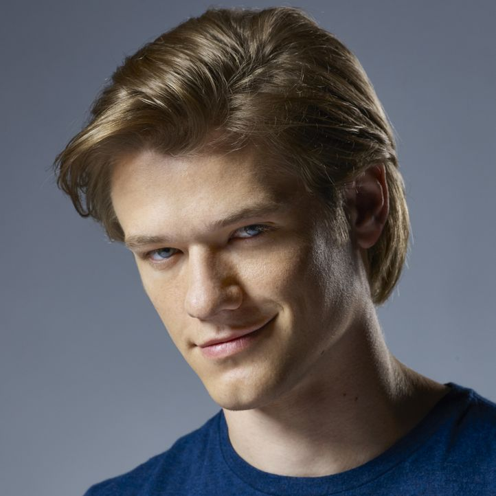 "(1. Staffel) - Wie wurde er zu dem begabten Bombenbastler, als der er später galt? Angus ""Mac"" MacGyver (Lucas Till) ist Spezialagent des ""Departmen... - Bildquelle: Brian Bowen Smith 2016 CBS Broadcasting, Inc. All Rights Reserved"