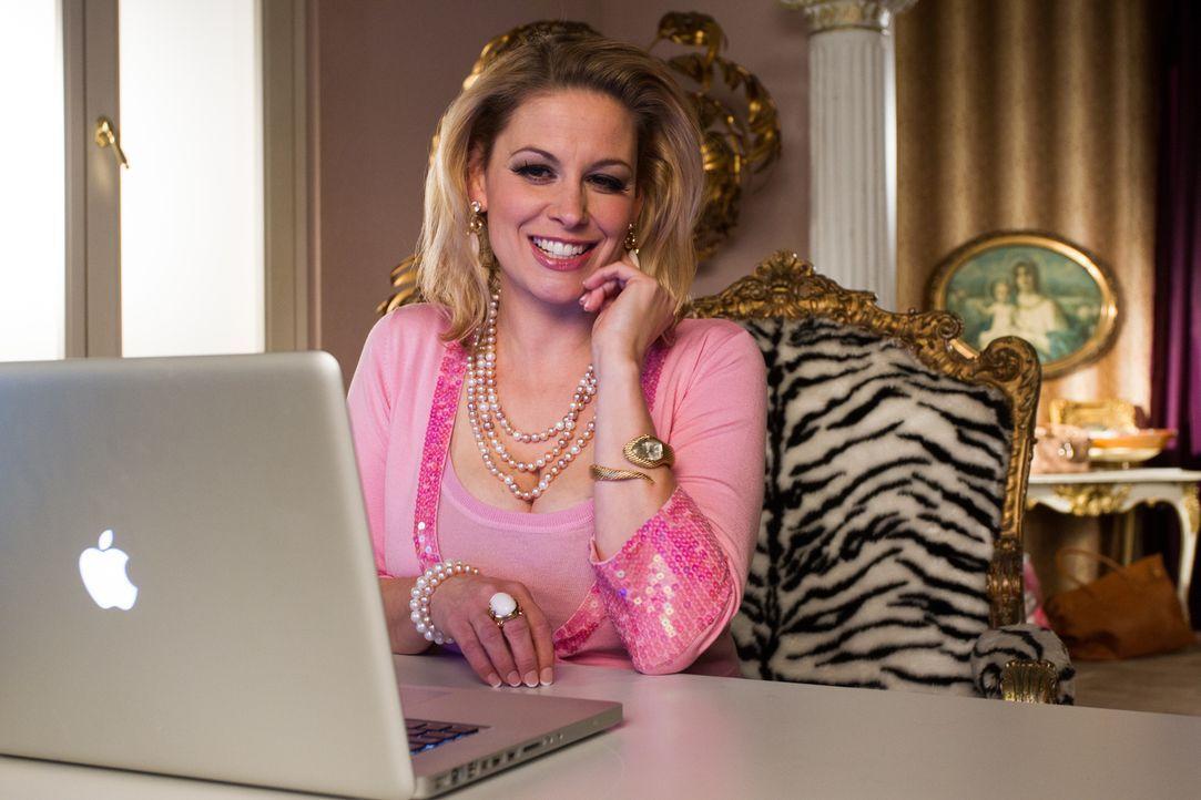 Die ehemalige Pornodarstellerin Jenny Hacks (Christina Beyerhaus) zerstört beinahe alle Träume, die Tom für seinen Job in New York hatte ... - Bildquelle: Chris Hirschhäuser TM &   TURNER BROADCASTING SYSTEM. A TIME WARNER COMPANY. ALL RIGHTS RESERVED.