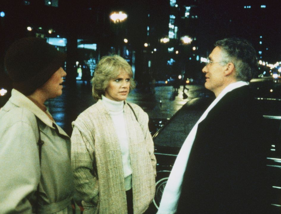 Auf der Straße werden Cagney (Sharon Gless, M.) und Lacey (Tyne Daly, l.) von der rechten Hand des Gangsterbosses Quinones, Corrigan (John P. Ryan)... - Bildquelle: ORION PICTURES CORPORATION. ALL RIGHTS RESERVED.
