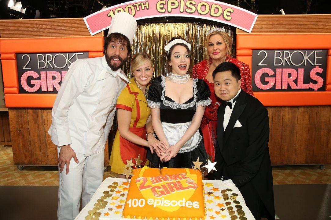 Der Cast feiert die 100. Episode der Serie: Jonathan Kite (l.), Beth Behrs (2.v.l.), Kat Dennings (M.), Jennifer Coolidge (2.v.r.) und Matthew Moy (... - Bildquelle: Warner Brothers