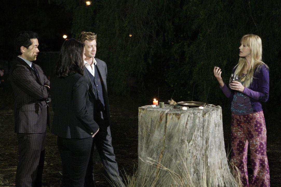 In den Ermittlungen ihres neuen Falles stoßen Cho (Tim Kang, l.), Teresa Lisbon (Robin Tunney, 2.v.l.) und Patrick Jane (Simon Baker, 2.v.r.) auf Ta... - Bildquelle: Warner Bros. Television