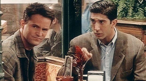 Chandler (Matthew Perry, l.) hat sich auf ein