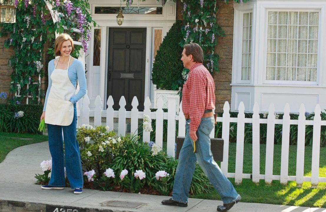 Rückblick: Eli (Beau Bridges, r.) ist gerade nach Fairview gezogen und geht durch die Nachbarschaft, um Arbeit zu finden. Er stellt sich Mary-Alice... - Bildquelle: ABC Studios