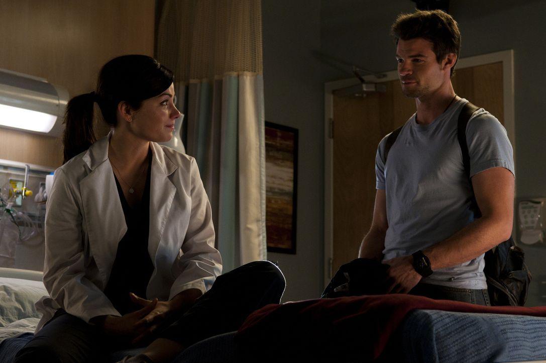 Alex (Erica Durance, l.) ist froh, dass Joel (Daniel Gillies, r.) ihr seine Unterstützung anbietet. - Bildquelle: 2012  Hope Zee One Inc.