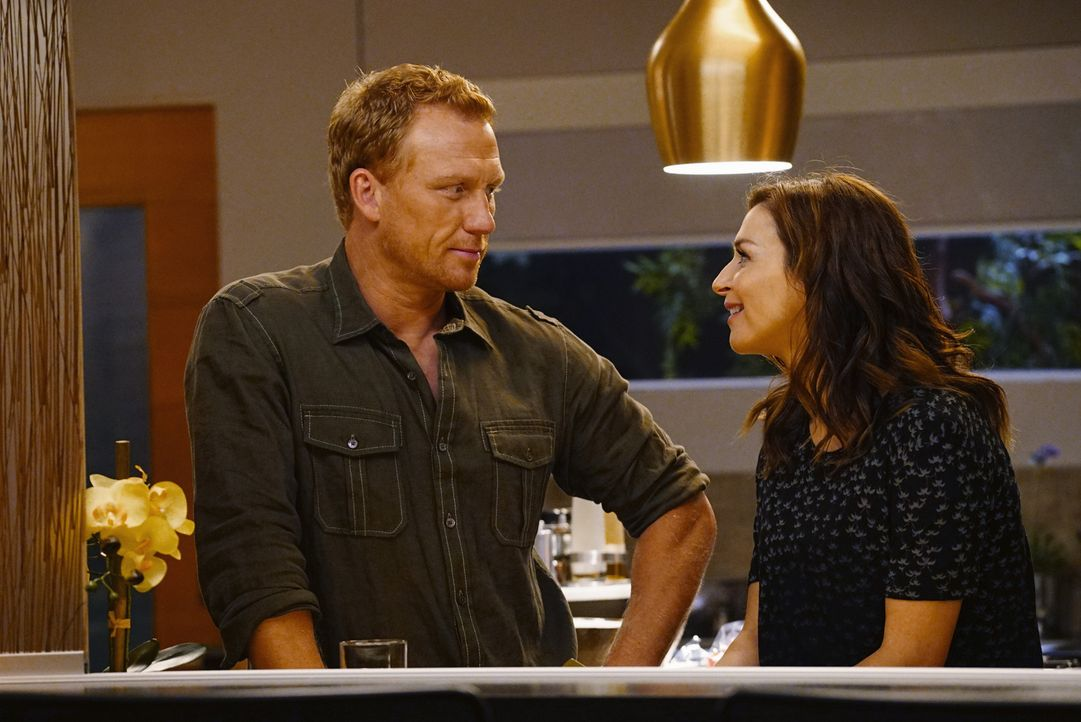 Veranstalten eine Dinnerparty mit unerwarteten Gästen: Amelia (Caterina Scorsone, r.) und Owen (Kevin McKidd, l.) ... - Bildquelle: Richard Cartwright 2016 American Broadcasting Companies, Inc. All rights reserved.