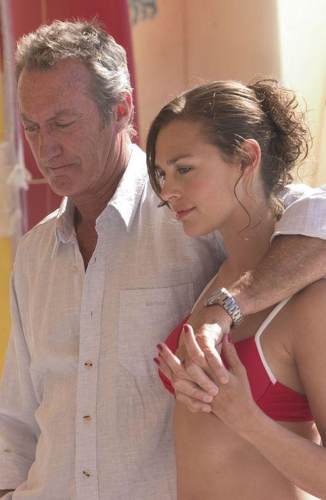 Jeffrey (Bryan Brown, l.) und Popstar Aimee Bediér (Tinarie Van Wyk-Loots, r.) freuen sich auf eine wunderbar erholsame Schiffsreise. Da beschließt... - Bildquelle: Hallmark Entertainment