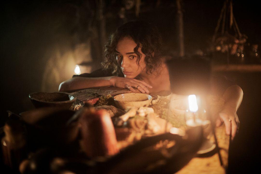 Noch setzt Tituba (Ashley Madekwe) große Hoffnungen in Mary und ihren Plan. Unterdessen beginnt John damit, die Männer Salems auf den bevorstehenden... - Bildquelle: 2016-2017 Fox and its related entities.  All rights reserved.